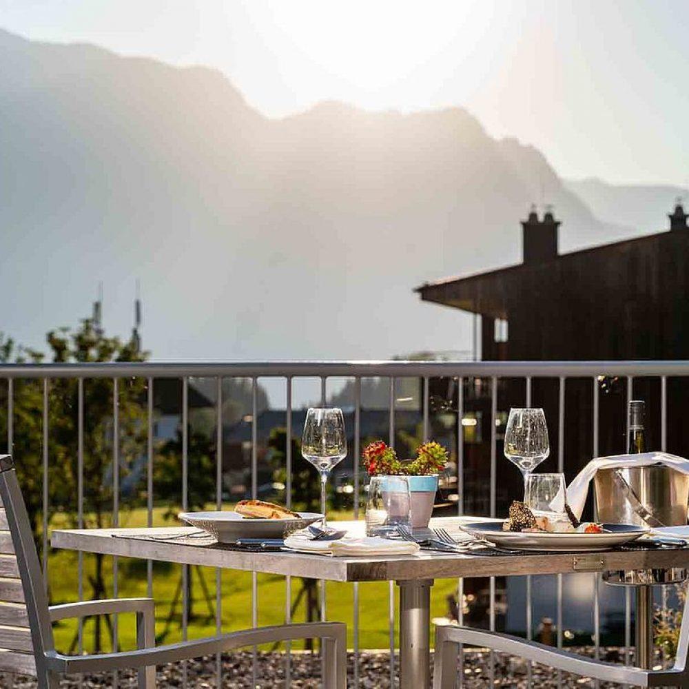 csm_gedeckter-tisch-terrasse-weinglaeser-hochkoenig-salzburgerland-hotel-bergresort-werfenweng_e4f8ae59bf