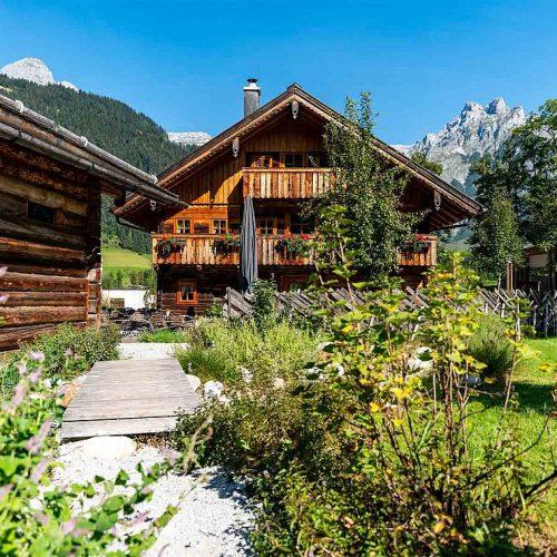csm_travel-charme-bergresort-werfenweng-strobl-haus-weg-schotterweg-pflanzen-terrasse_a6199e0893