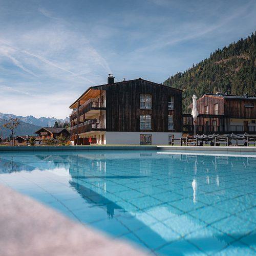 csm_travel-charme-werfenweng-wellness-aussen-pool-berge-herbst-3948_78f1efe643